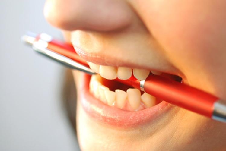 Почему во время еды скрипят зубы